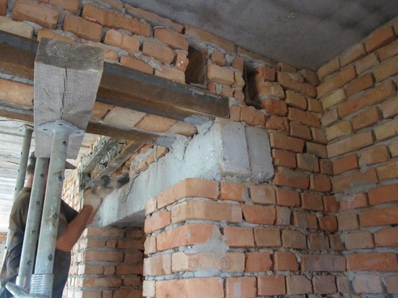 установка перемычки в кирпичной стене
