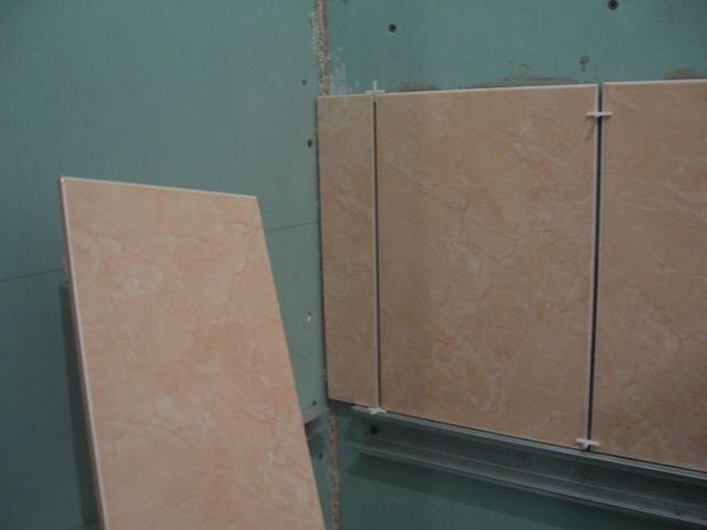 Preparazione di cartongesso sotto la piastrella in bagno posa di